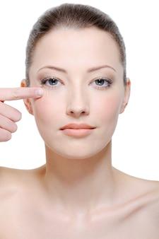 Hermoso rostro limpio de mujer joven sin arrugas