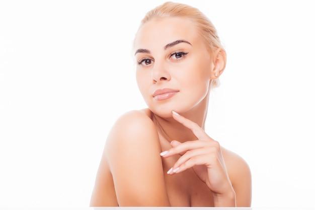 Hermoso rostro de mujer adulta joven con piel limpia y fresca