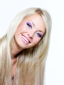 Hermoso rostro de mujer rubia sonriente con cabello largo y recto