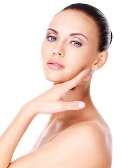 Hermoso rostro sano de la joven mujer bonita blanca con piel fresca - aislada en blanco