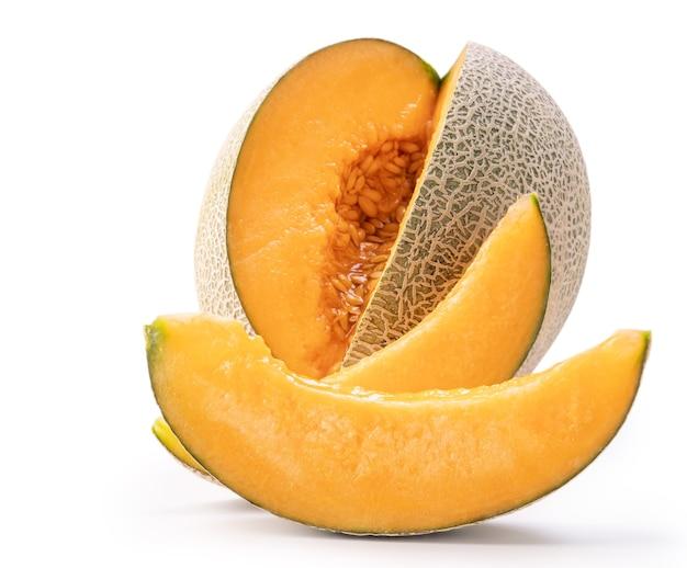 Hermoso sabroso melón melón jugoso en rodajas, melón, melón de roca aislado sobre fondo blanco, de cerca, trazado de recorte, corte.
