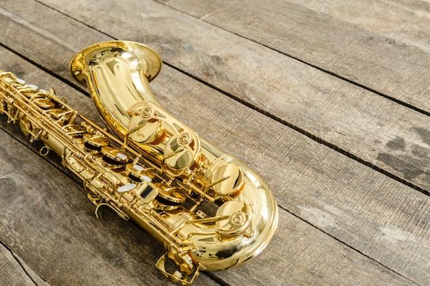 Hermoso saxofón dorado en madera