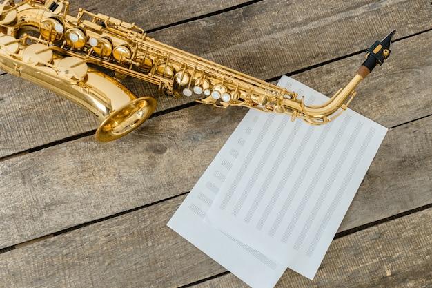 Hermoso saxofon dorado en madera