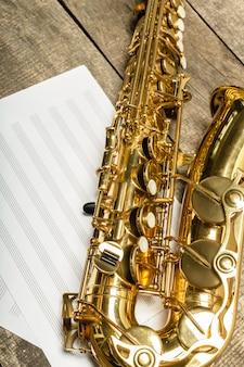 Hermoso saxofón dorado en mesa de madera