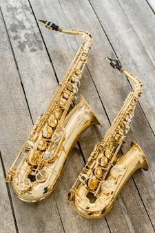 Hermoso saxofón dorado en piso de madera