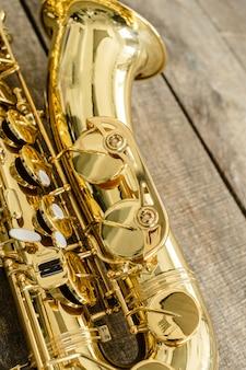 Hermoso saxofón dorado sobre fondo de madera
