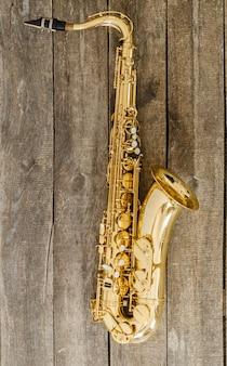 Hermoso saxofón dorado
