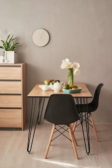 Hermoso servicio de té en mesa de madera. decoración interior del hogar, ramo de flores en florero, mesa con juego de tetera.