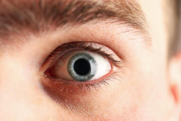 Hermoso sirve el ojo azul, primer. macro. concepto sanitario y médico