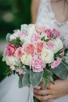 Hermoso y sofisticado primer plano de ramo de novia sostiene a la novia en sus manos. ramo de novia