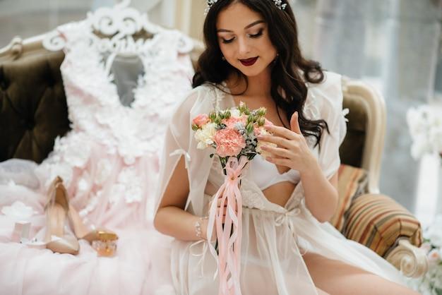 Hermoso y sofisticado primer ramo de boda sostiene a la novia en sus manos. ramo de novia