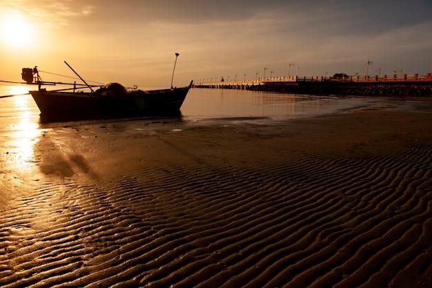 Hermoso sol naciente en la playa de prachuap khiri khan al sur de tailandia
