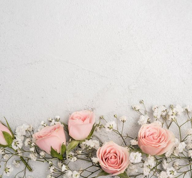Hermoso surtido de capullos de rosas rosadas y flores blancas