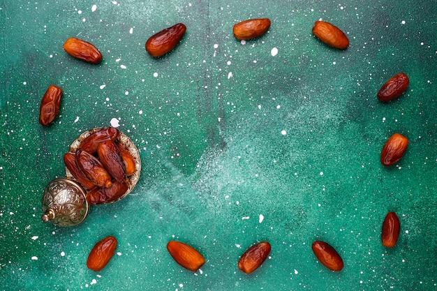 Hermoso tazón lleno de frutas de fecha que simbolizan el ramadán, vista superior