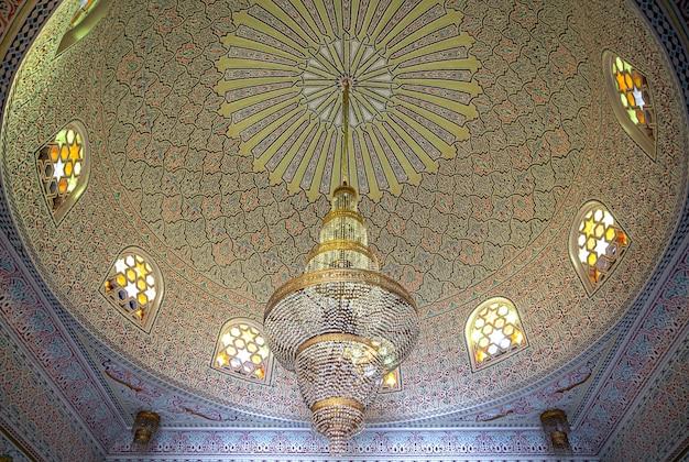 Hermoso techo de estilo islámico musulmán con grandes candelabros y ventanas vintage