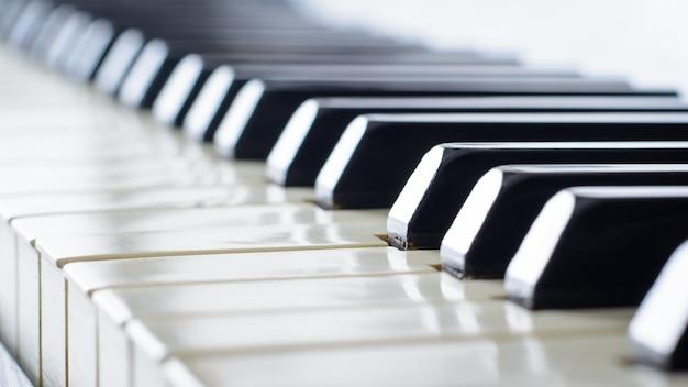 Hermoso teclado de piano de un viejo piano antiguo