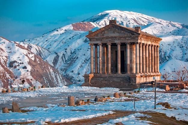 Hermoso templo garni en armenia, en invierno