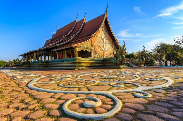 Hermoso templo phu orgulloso en el distrito de sirindhorn, provincia de ubon ratchathani, tailandia