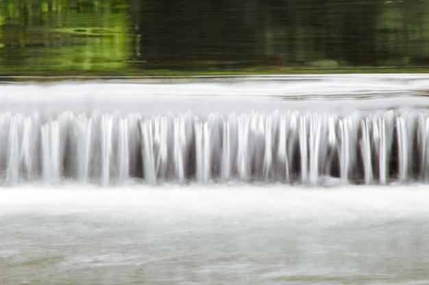 Hermoso tiro de agua que fluye hacia abajo en un río