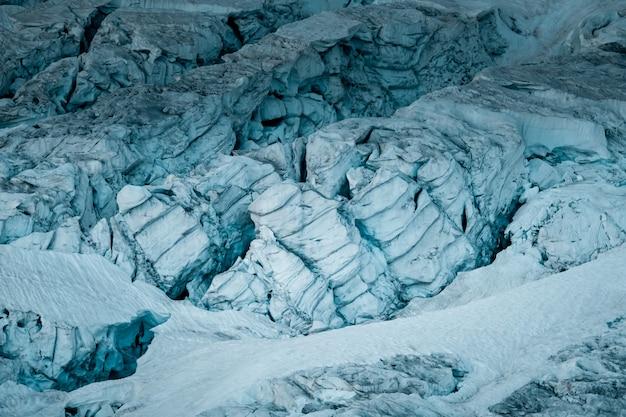 Hermoso tiro ancho de glaciares blancos helados