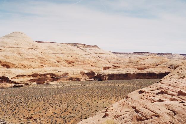 Hermoso tiro de empinadas colinas rocosas en el campo