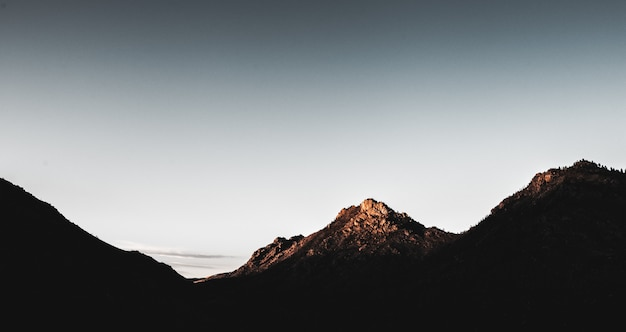 Hermoso tiro horizontal de montañas durante el día