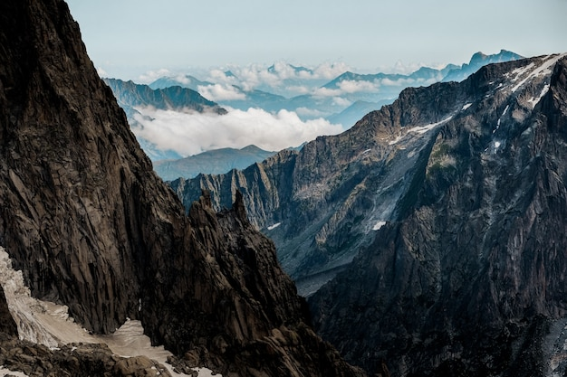 Hermoso tiro de montañas con un cielo despejado en el fondo