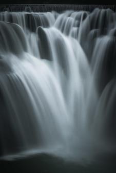 Hermoso tiro vertical de una cascada