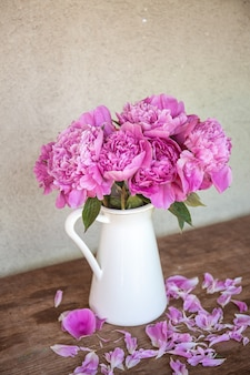 Hermoso tiro vertical de peonías en un jarrón - concepto romántico