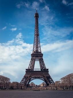 Hermoso tiro vertical de la torre eiffel en un cielo azul brillante