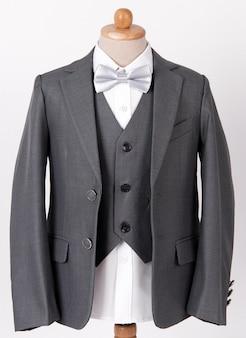 a544ddb92 Hermoso traje gris de chaqueta para hombre con camisa y pajarita sobre  fondo blanco