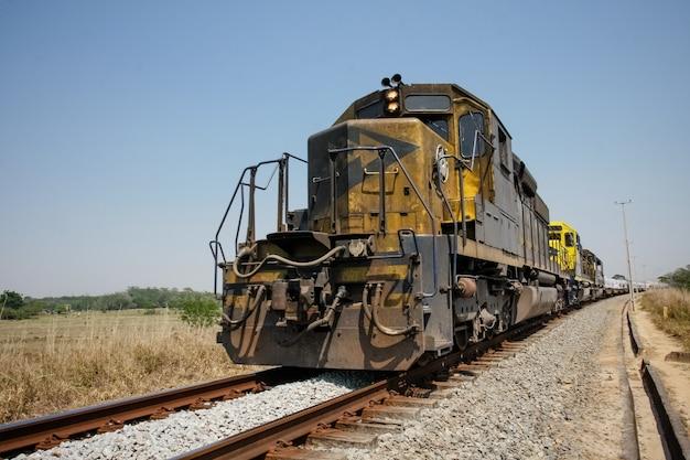 Hermoso tren sobre los rieles con fondo soleado