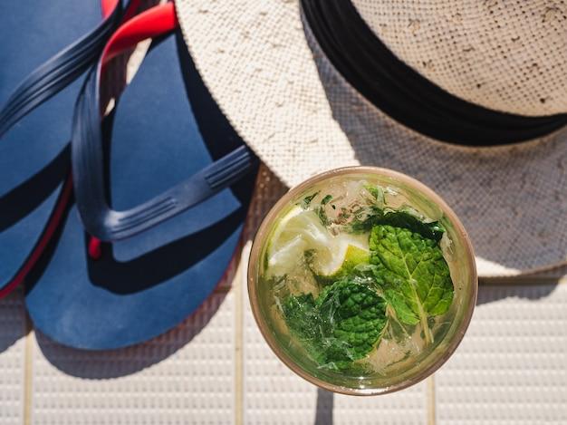Hermoso vaso con refrescante mojito y cubitos de hielo