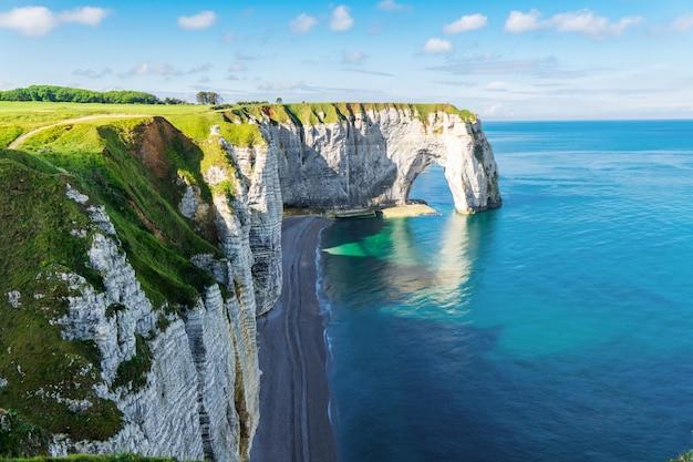 Hermosos acantilados aval de etretat, rocas y arco natural hito de la famosa costa, paisaje marino de normandía, francia, europa