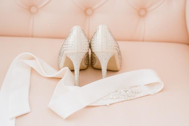 Hermosos accesorios nupciales para novias durante los honorarios. tocador.