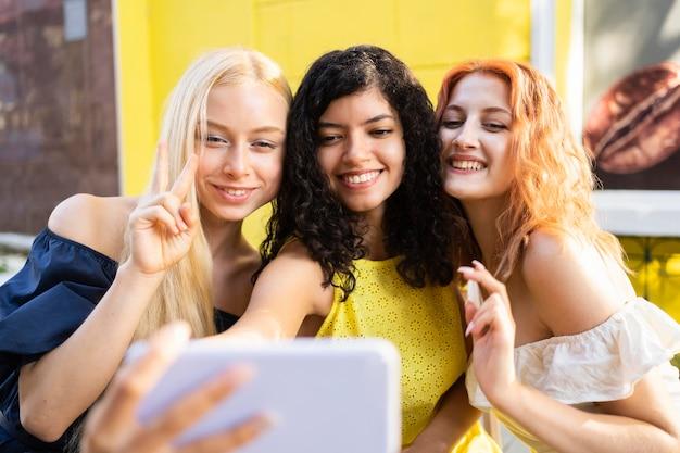 Hermosos amigos tomando un selfie