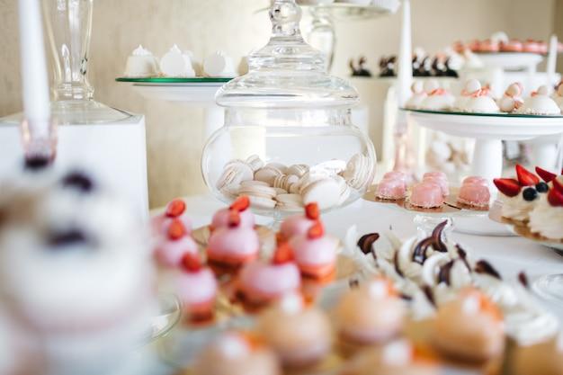 Hermosos dulces en la mesa festiva