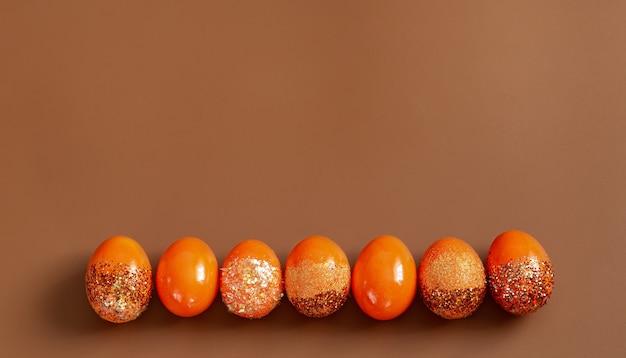 Hermosos huevos decorativos naranjas de pascua.