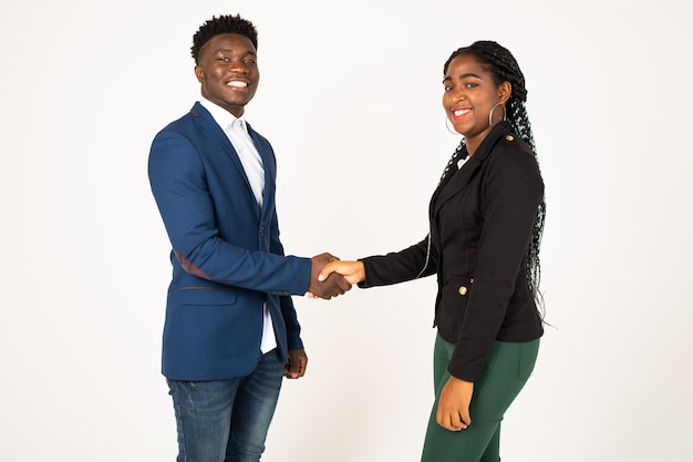 Hermosos jóvenes africanos sobre fondo blanco.