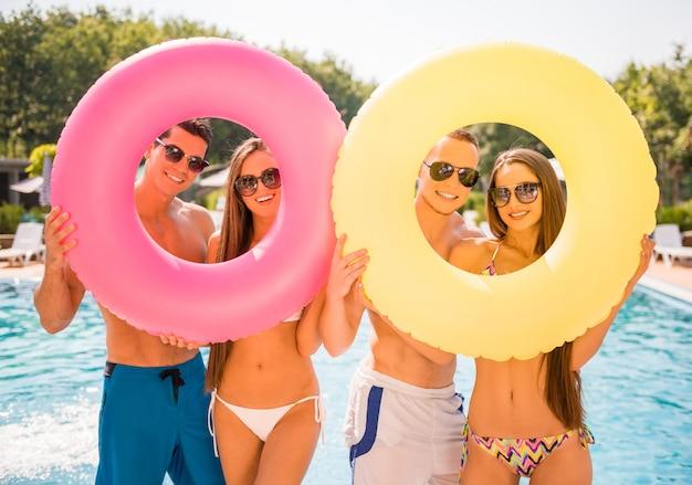 Hermosos jóvenes con anillos de goma de colores.