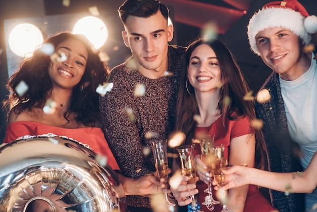 Hermosos jóvenes. foto de la compañía de amigos que tienen la fiesta con alcohol
