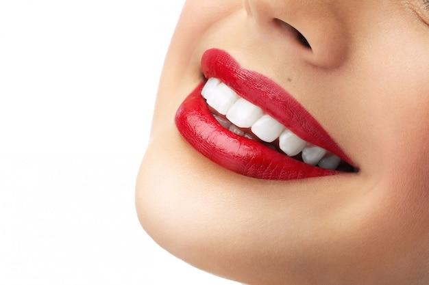 Hermosos labios femeninos rojos con dientes blancos limpios