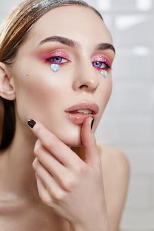 Hermosos labios regordetes de mujer en salón de belleza