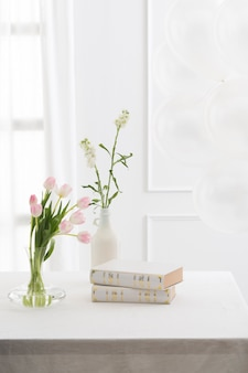 Hermosos libros y flores en la mesa