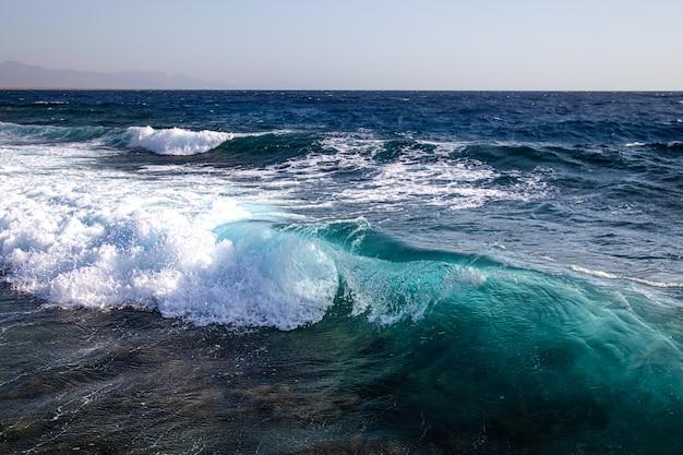 Hermosos mares embravecidos con espuma de mar y grandes olas.
