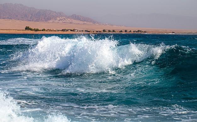Hermosos mares embravecidos con espuma de mar y olas. fondo de ondas turquesas.