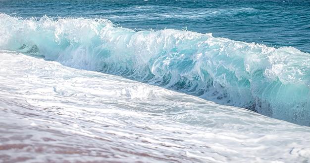 Hermosos mares embravecidos con espuma de mar y olas.