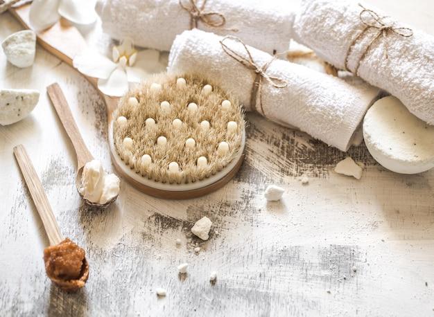 Hermosos objetos de composición de spa sobre fondo de madera, concepto de tratamientos de spa y relajación