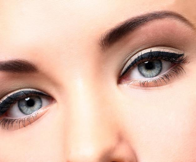 Hermosos ojos con maquillaje