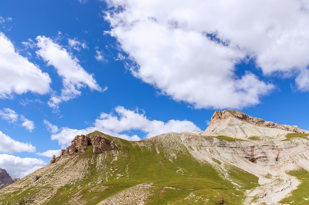 Hermosos picos montañosos de los dolomitas italianos